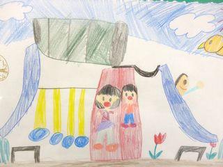 金古町の細谷美珀(ほそやびはく)ちゃん(7歳)から妹さんと遊具広場で遊んでいる絵が届けられました。二人ともとても楽しそうですね!(^^)!