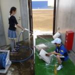 こちらも近所のお子さんたちです。野球場の人工芝の洗浄を手伝ってくれました。